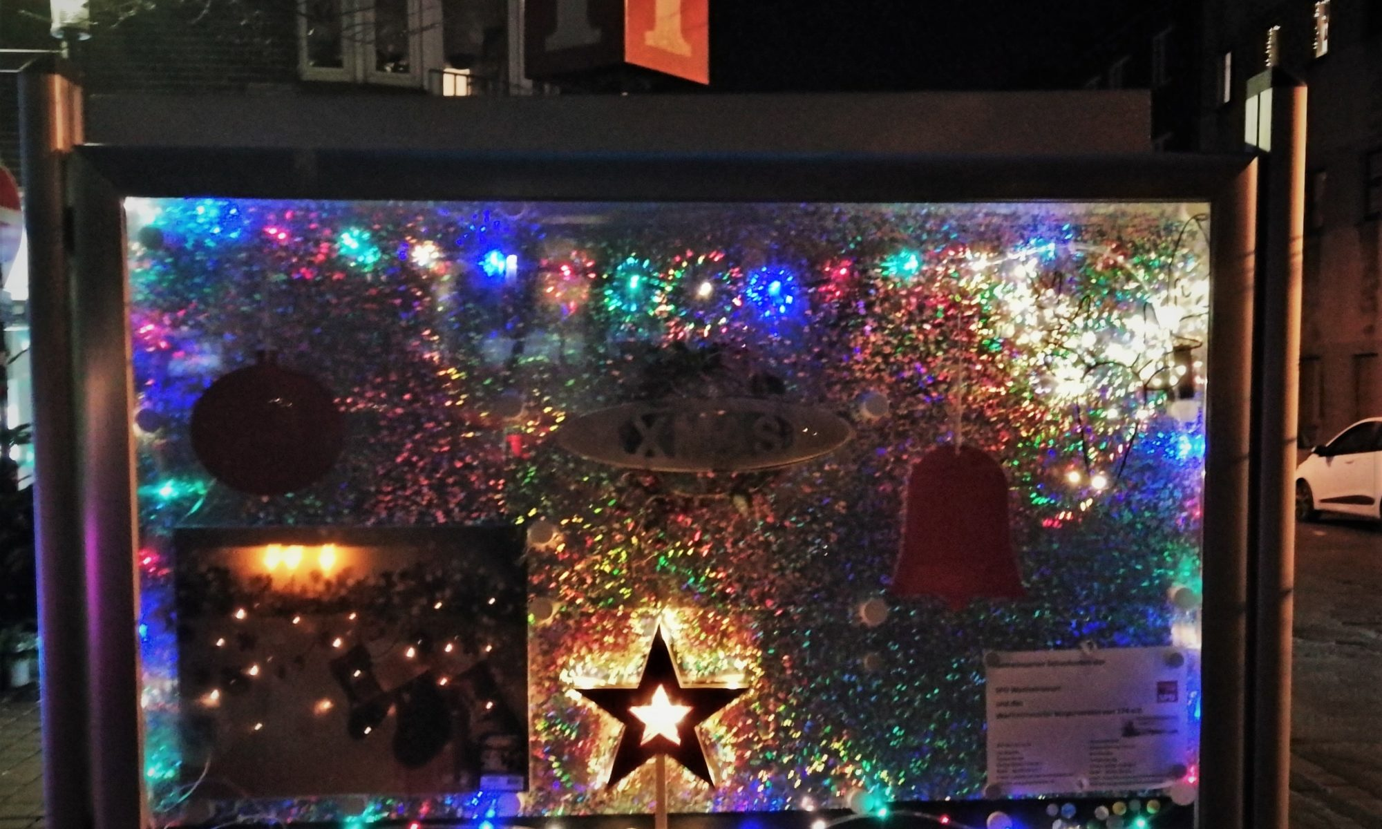 Zur Wanheimerorter Adventsfensteraktion haben wir unseren Schaukasten am Michaelplatz festlich geschmückt.